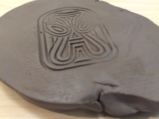 Image of the mask-like motif in clay