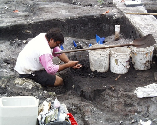 Image of Richard Haiduven excavating midden soil at the Miami Circle.